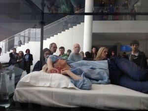 Però non potete dormire al museo... Tilda Swinton solo può farlo al MOMA!